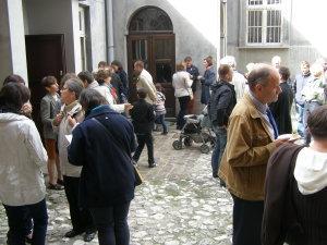 Spotkanie na dziedzińcu kościoła św. Marka